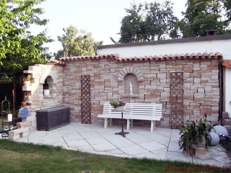 Mediterrane Gartenmauer aus Vollstein mit Mauerabdeckung