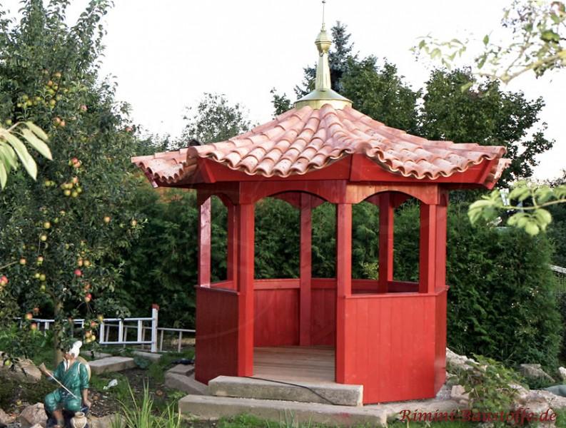 kleiner chinesischer Pavillon mit Halbschalen gedeckt