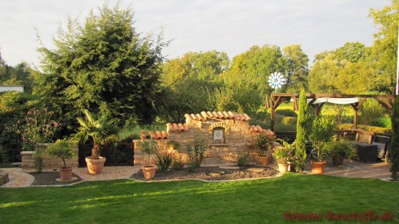 Betonsteinmauer im Garten als Sichtschutz