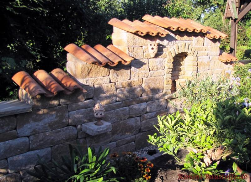 Betonsteinmauer im mediterranen Stil