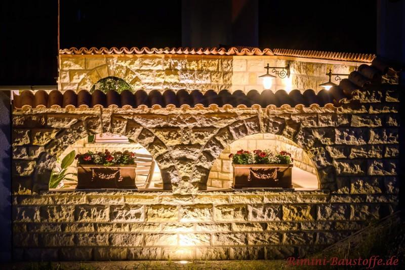 U-foermige Gartenmauer mit Beleuchtung
