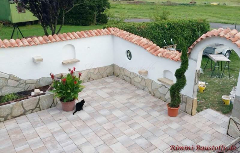 Gartenmauer aus Putz mit Sockel und Rundbogen