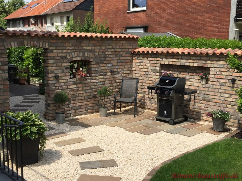Grillplatz eingerahmt von einer Gartenmauer