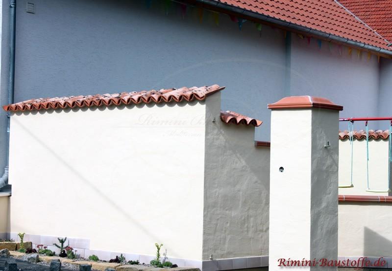 mediterrane Terrasse mit Mauern und Pfeilern auf verschiedenen Ebenen