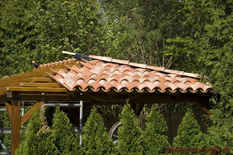 Halb eingedecktes Dach eines Gartenhauses. Es wurden südliche Ziegel verwendet