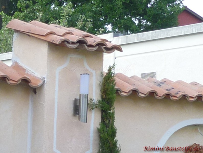 Südliche Mauer mit Pfeilerelement und doppelreihig gedeckten Halbschalen als schützende Abdeckung der Putzmauer