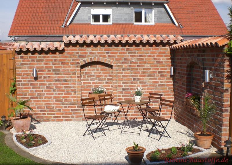 Sitzecke mit gemauerter Klinkermauer und mediterraner Mauerabdeckung