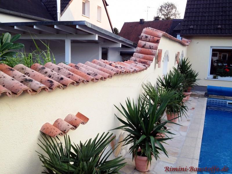geschwungene Gartenmauer mit Putzfassade und Mönch Nonne Abdeckung