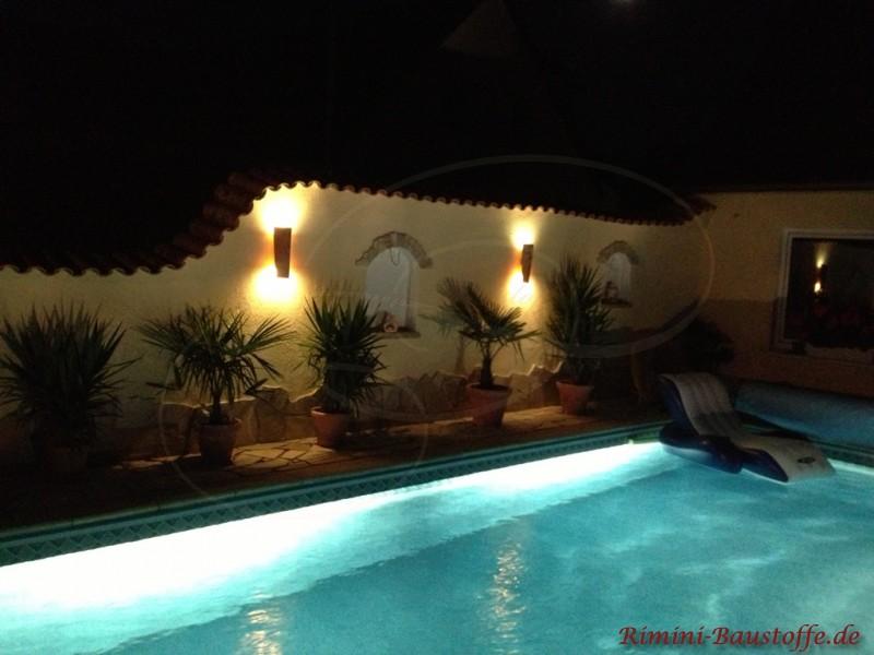 beleuchtete mediterrane Gartenmauer an einem Pool
