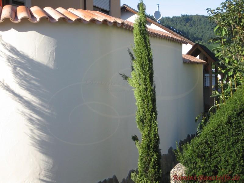 Außenansicht einer Halbrunde Mauer mit Halbschalen als Mauerabdeckungen