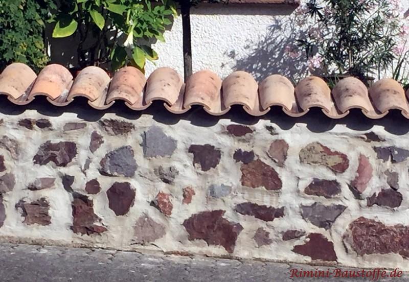 rusitkale Abdeckung auf der Bruchsteinmauer