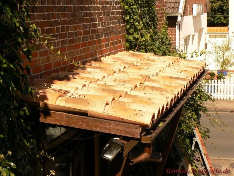 Türüberstand aus Holz mit einer Dachziegeleindeckung