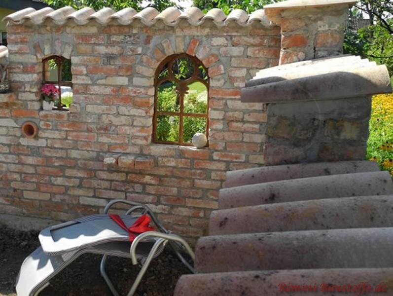 rustikale Mauer mit eingelassenem Gusseisenfenster
