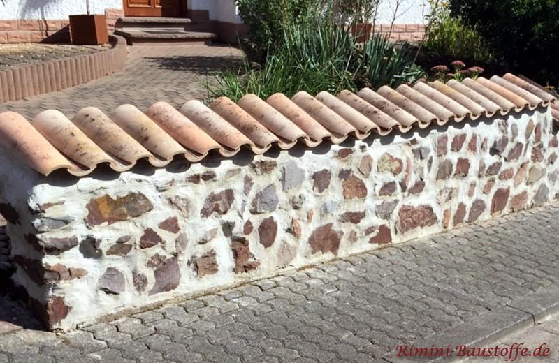 Bruchsteinmauer mit Moench Nonne Halbschalen gedeckt