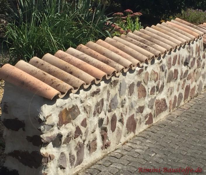 gemauerte Bruchsteinmauer mit Halbschalen gedeckt