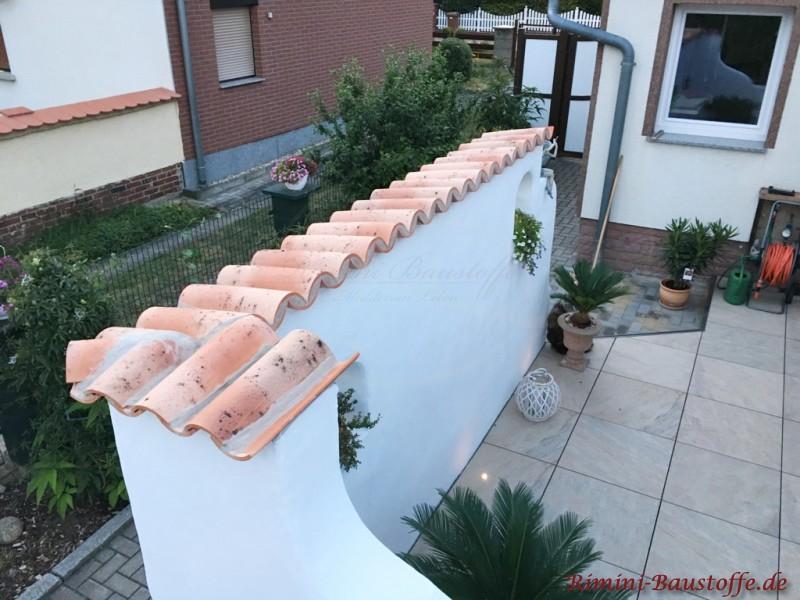 auf dieser Gartenmauer wurden spanische Halbschalen verlegt