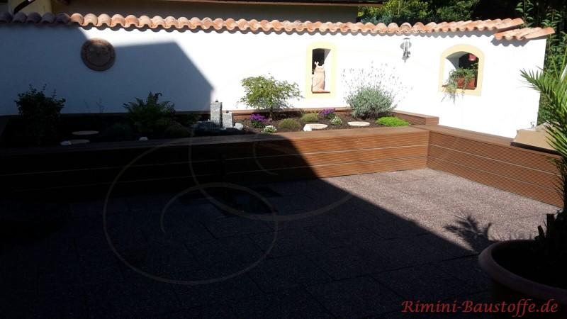weisse Gartenmauer mit roten rustikalen Moench Nonne Halbschalen gedeckt